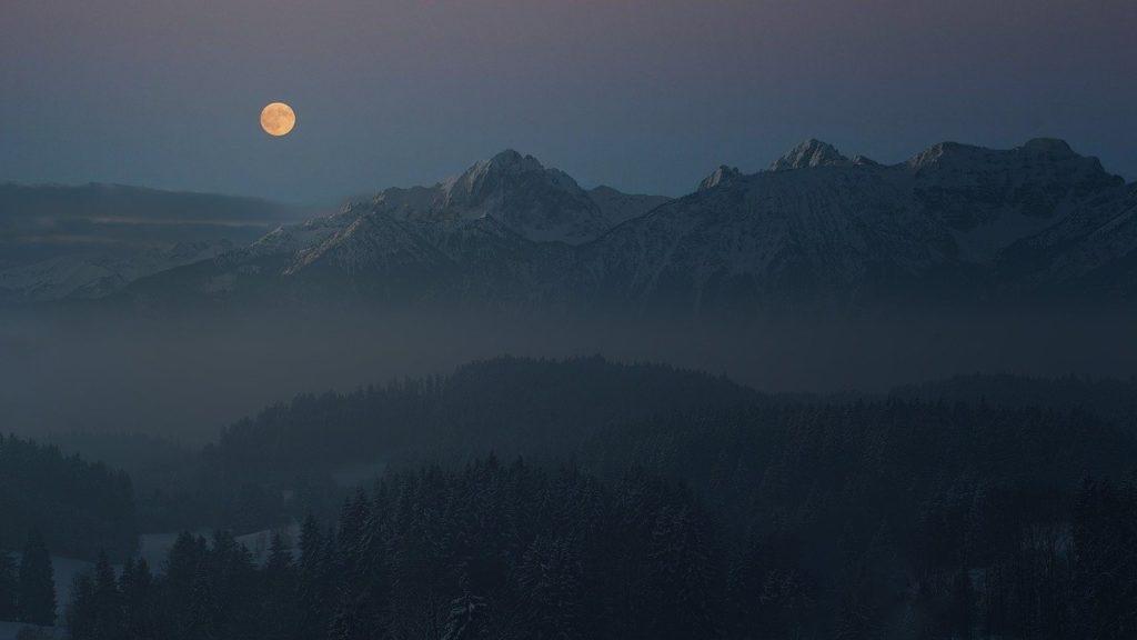 百人一首31番 「朝ぼらけ 有明の月と見るまでに 吉野の里に 降れる白雪」の意味と現代語訳