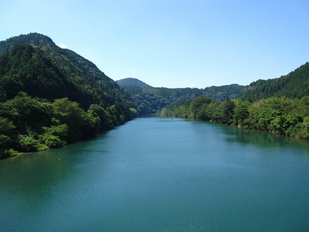 百人一首64番 「朝ぼらけ 宇治の川霧 絶え絶えに あらはれわたる 瀬々の網代木」の意味と現代語訳