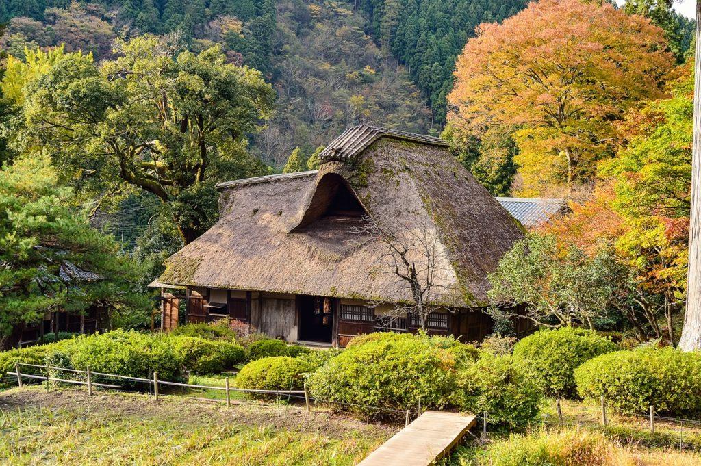 百人一首47番 「八重むぐら しげれる宿の さびしきに 人こそ見えね 秋は来にけり」の意味と現代語訳