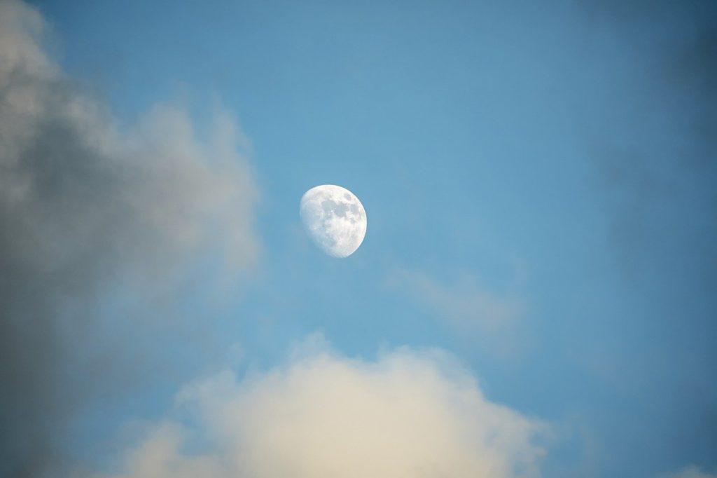 百人一首79番 「秋風に たなびく雲の たえ間より もれいづる月の 影のさやけさ」の意味と現代語訳