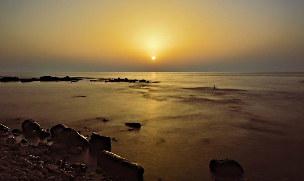 百人一首92番 「わが袖は 潮干に見えぬ 沖の石の 人こそしらね かわくまもなし」の意味と現代語訳