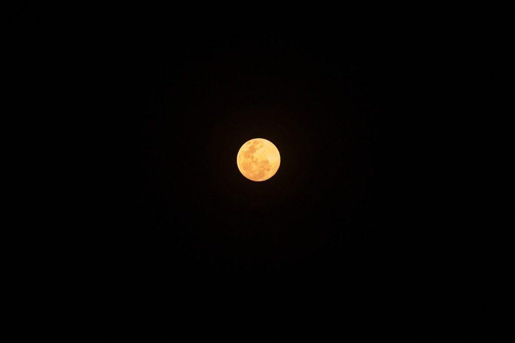 百人一首68番 「心にも あらでうき世に ながらへば 恋しかるべき 夜半の月かな」の意味と現代語訳
