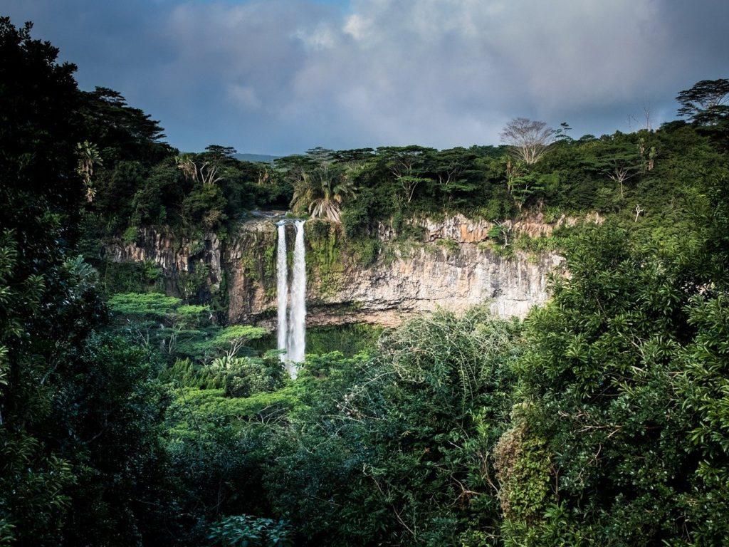 百人一首55番 「滝の音は 絶えて久しく なりぬれど 名こそ流れて なほ聞こえけれ」の意味と現代語訳