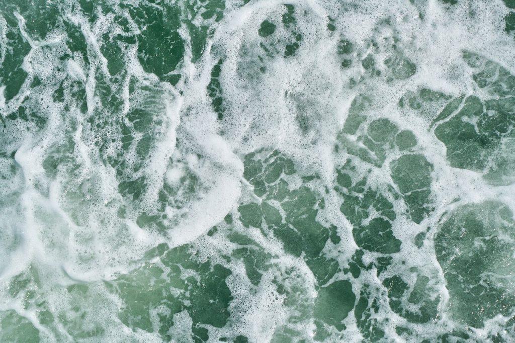 百人一首76番 「わたの原 こぎいでてみれば 久方の 雲いにまがふ 沖つ白波」の意味と現代語訳